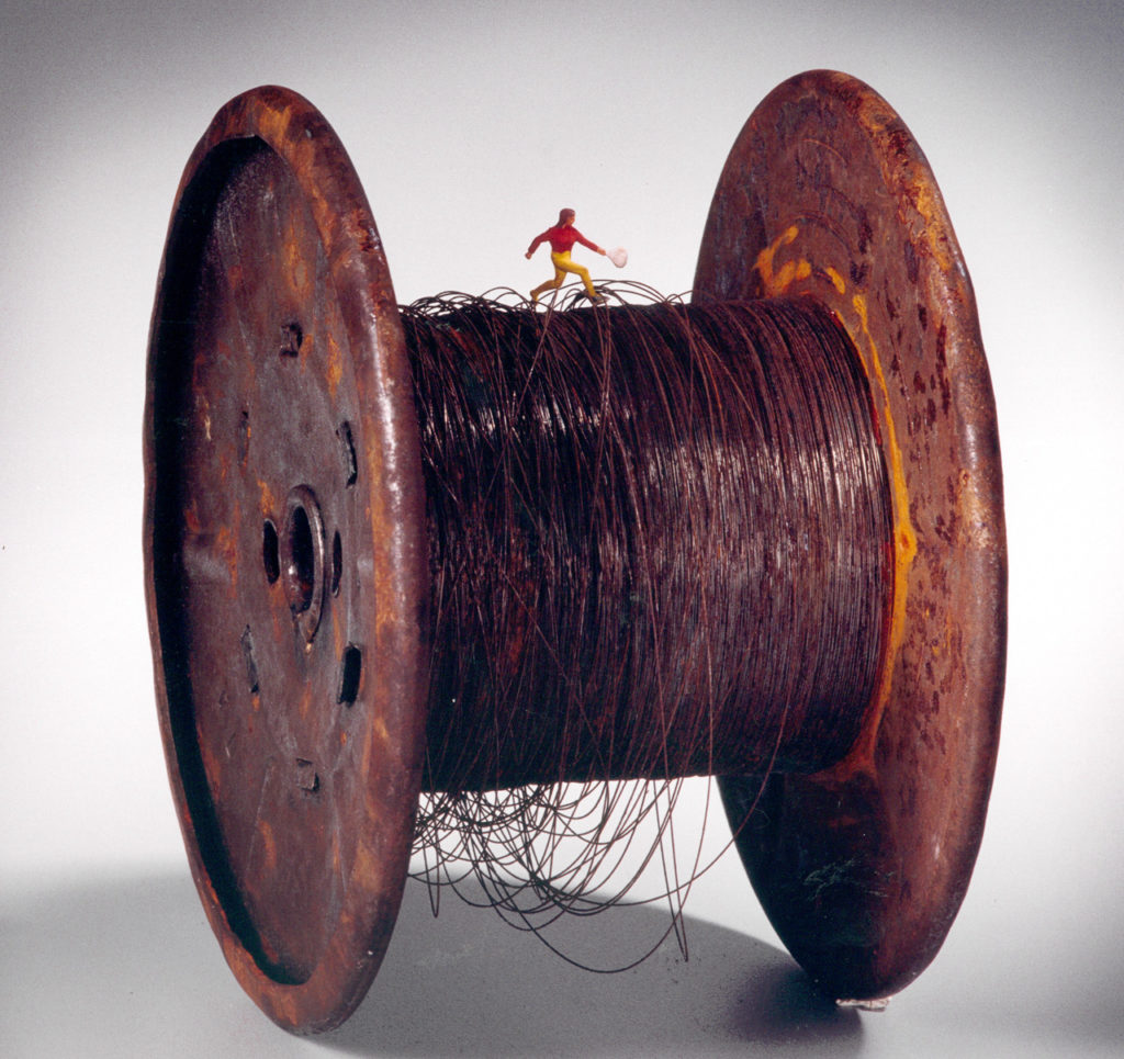 Carretel de hilo de acero con hombrecito. 16 x 16 x 11 cm. 2001